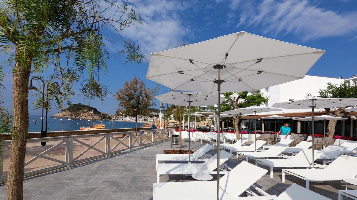 hotel sunbeds pool sea view